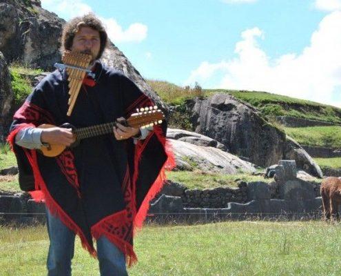 Pablo Nahual tocando musica junto a una llama
