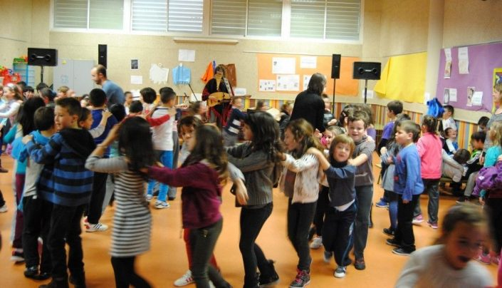 Niños bailando en corro mientras toca musica Pablo Nahual