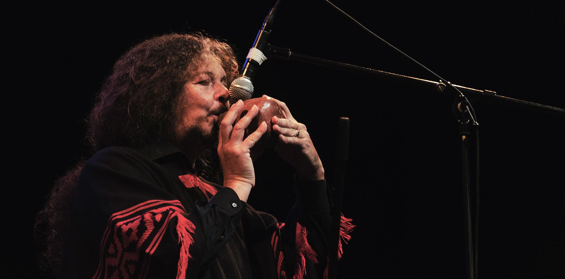 Pablo Nahual tocando una ocarina
