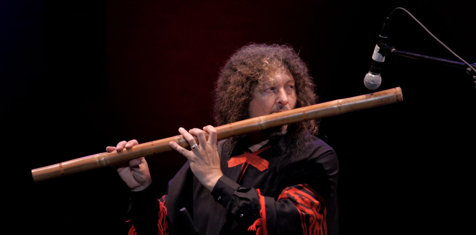 Pablo Nahual tocando un mohoceño